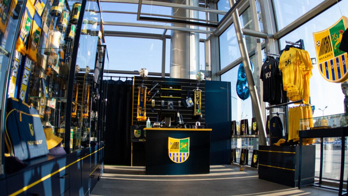 Для иностранных гостей Харькова: Папа Гуйе в аэропорту открыл третий магазин фирменной атрибутики Металлиста